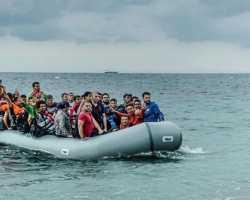 معظم ركابه سوريون .. السلطات التركية تضبط قارباً مطاطياً في طريقه إلى اليونان