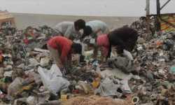 مشاهد مؤلمة.. أطفال الرقة يقتاتون بالنفايات بسبب الفقر