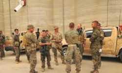 لماذا يرتدي جنود أمريكا بالرقة بزات تحمل شارة مليشيا كردية؟