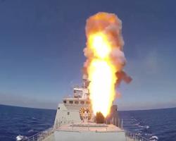 روسيا تستعرض قدراتها العسكرية وتستهدف تنظيم الدولة في تدمر من البحر
