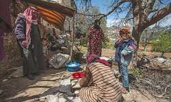 سوريون مهجرون يعيشون بين تلال إدلب في كهوف طبيعية ومواقع رومانية