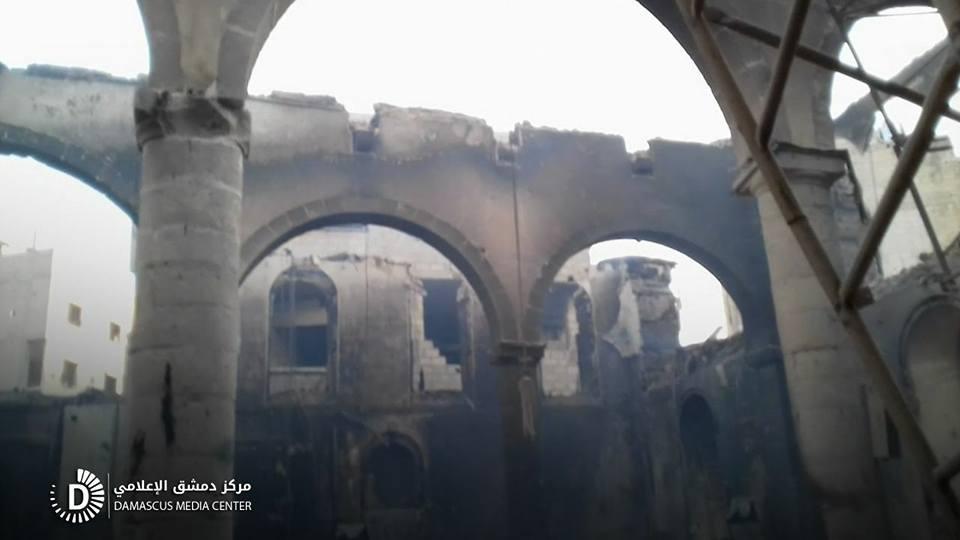 قوات النظام تحرق جامع عربين الكبير بالنابالم