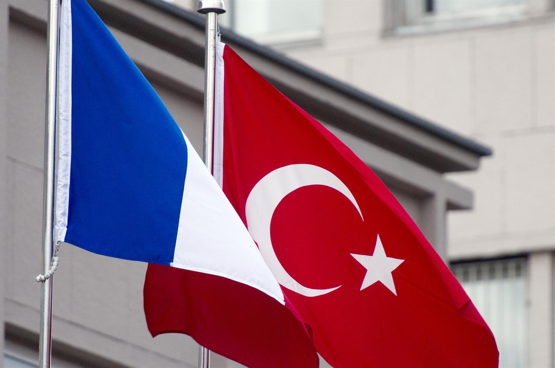 تركيا تحذّر فرنسا: إما نحن أو الميلشيات الانفصالية