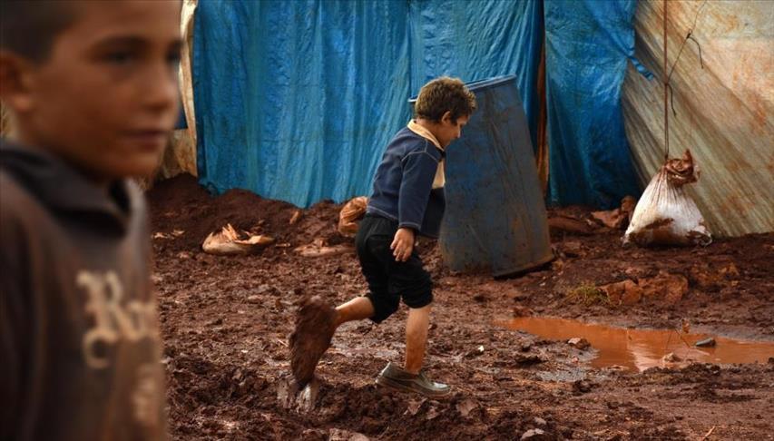 مع قدوم الشتاء: مخيمات إدلب غارقة بالبرد .. والوحل (صور)