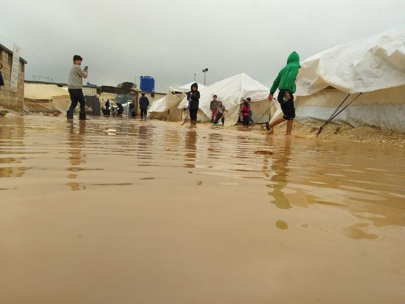 مخيمات الشمال السوري تغرق.. وناشطون يطلقون نداءات استغاثة
