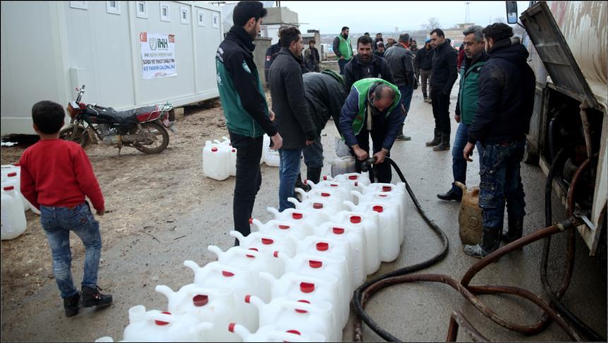 لمواجهة صقيع الشتاء .. الإغاثة التركية توزع الوقود على النازحين في مخيمات حلب