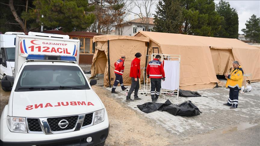 تركيا تنشئ أول مشفى ميداني على الحدود السورية (صور)