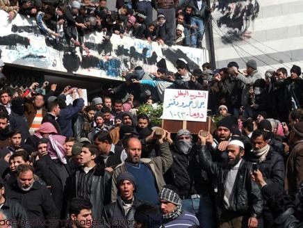 قصف مستمر على حمص ودير الزور.. والعثور على مقبرة جماعية في حماه