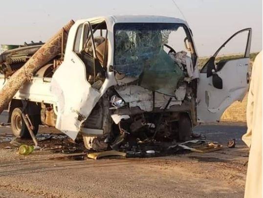 الموت يلاحقهم..وفاة شخصين إثر اصطدام سيارتين تقلان نازحين (صور)