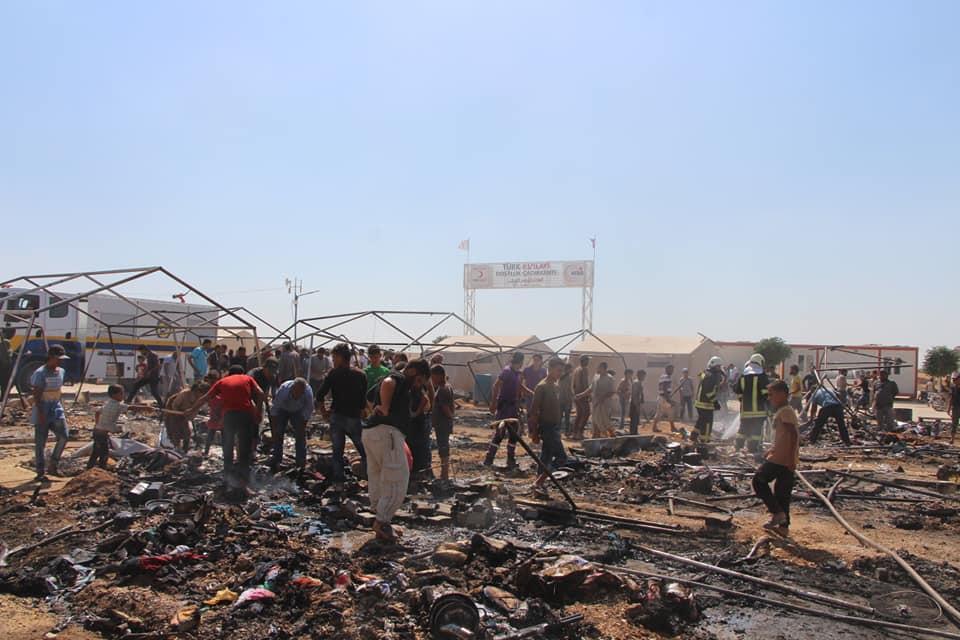 حريق يلتهم أكثر من 30 خيمة في مخيم للنازحين شمال حلب