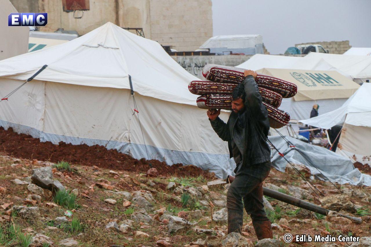 تضرر أكثر من 17 مخيماً في إدلب بسبب الهطولات المطرية الغزيرة