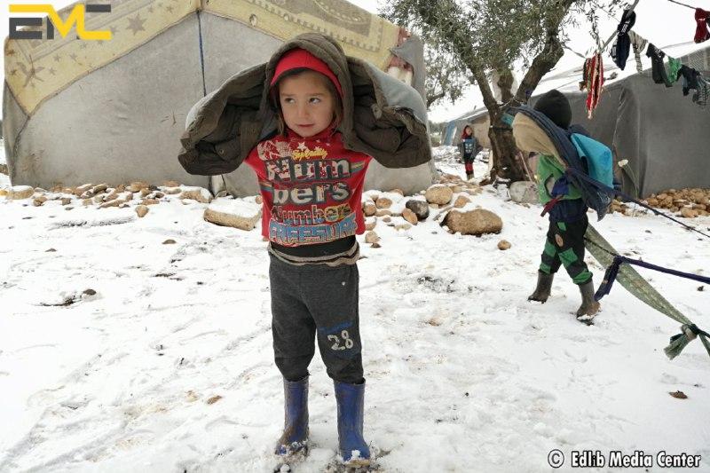 مع تساقط الثلوج .. أوضاع لا إنسانية تواجه نحو مليون نازح على الحدود