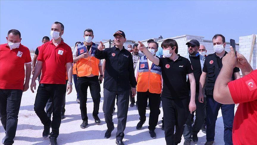 وزير الداخلية التركي يتفقد بناء المخيمات في إدلب