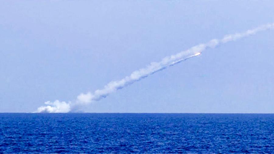 روسيا تستعرض مجددا .. غواصتان تستهدفان داعش في دير الزور من عمق المتوسط