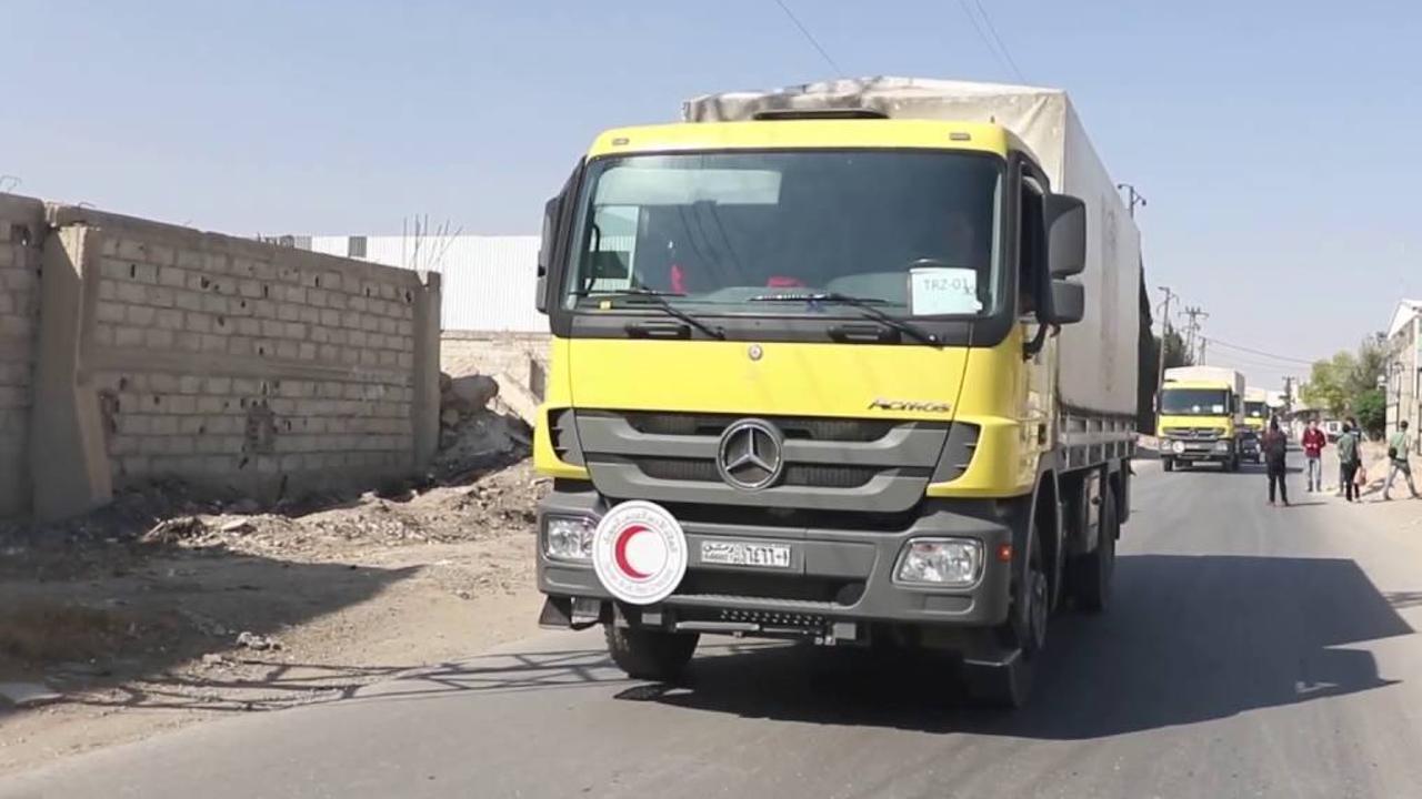 30 شاحنة محملة بمواد غذائية تدخل مدينة تلبيسة بريف حمص الشمالي