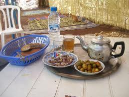 مظاهرة صباحية بطعم الخبز والشاي