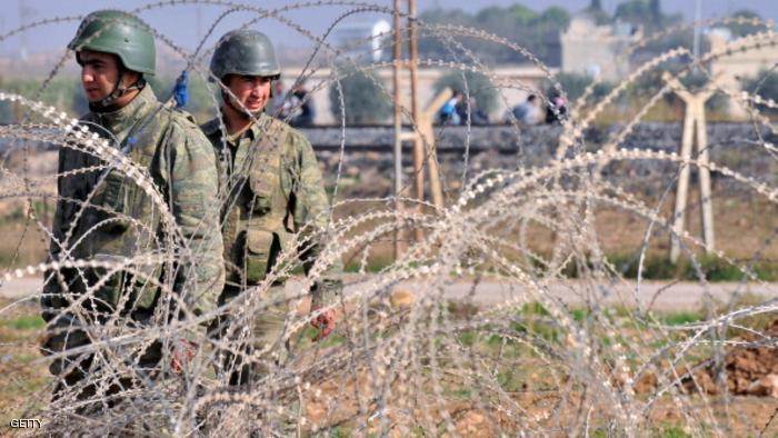 الأركان التركية توقف جنوداً لإساءتهم معاملة لاجئين سوريين