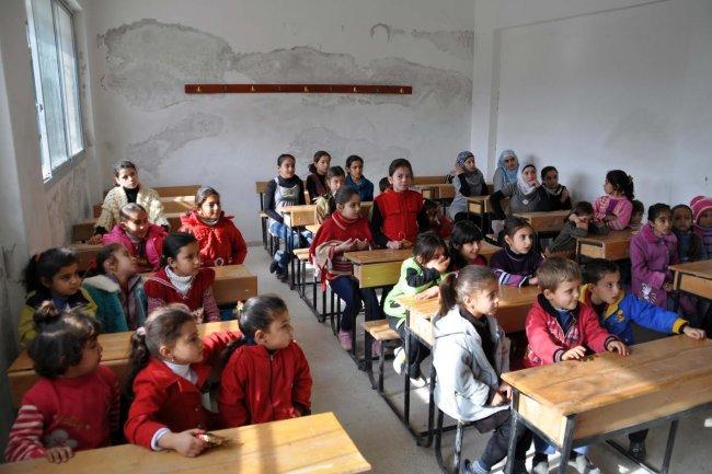 تسييس المناهج التعليمية.. بين مناطق داعش والإدارة الذاتية