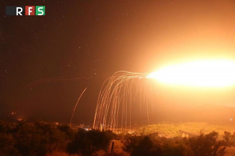 القنابل الفوسفورية والعنقودية تمطر إدلب وريفها ليلة أمس