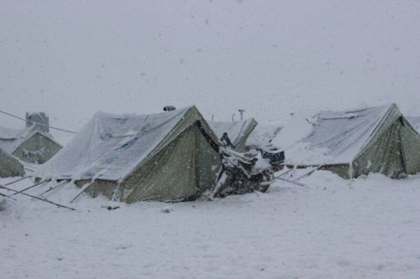 وفاة طفلين بعد انهيار 70 خيمة للنازحين في إدلب