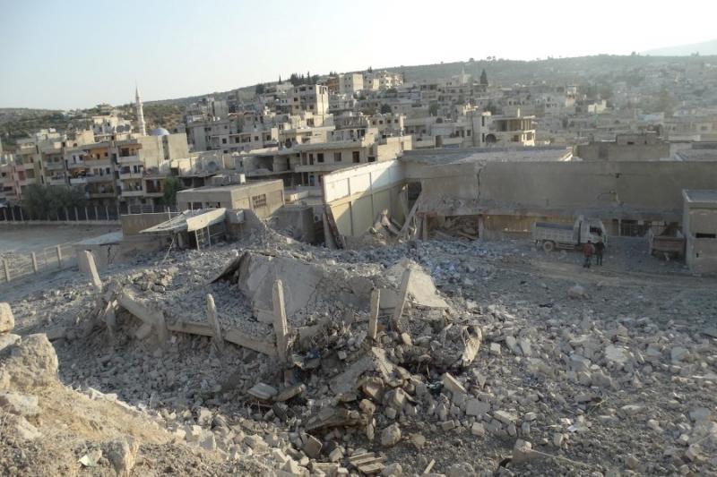 قصف روسي يدمر مبنى المجلس المحلي في كفرتخاريم بريف إدلب