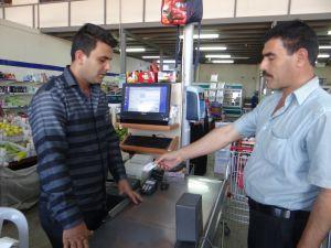 تركيا تخطط لتوزيع كوبونات طعام إلكترونية للاجئين السوريين والعراقيين المقيمين على أراضيها
