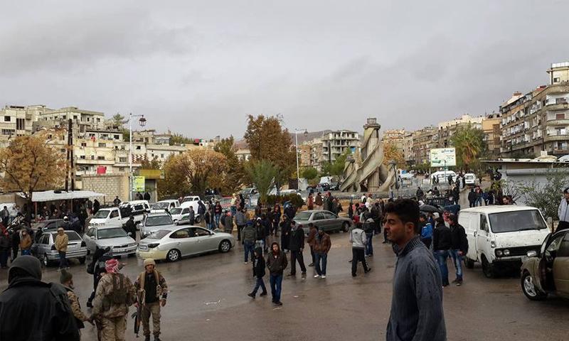 نشرة أخبار سوريا- الدفعة الأخيرة من مهجَّري خان الشيح تصل إلى إدلب، وأهالي