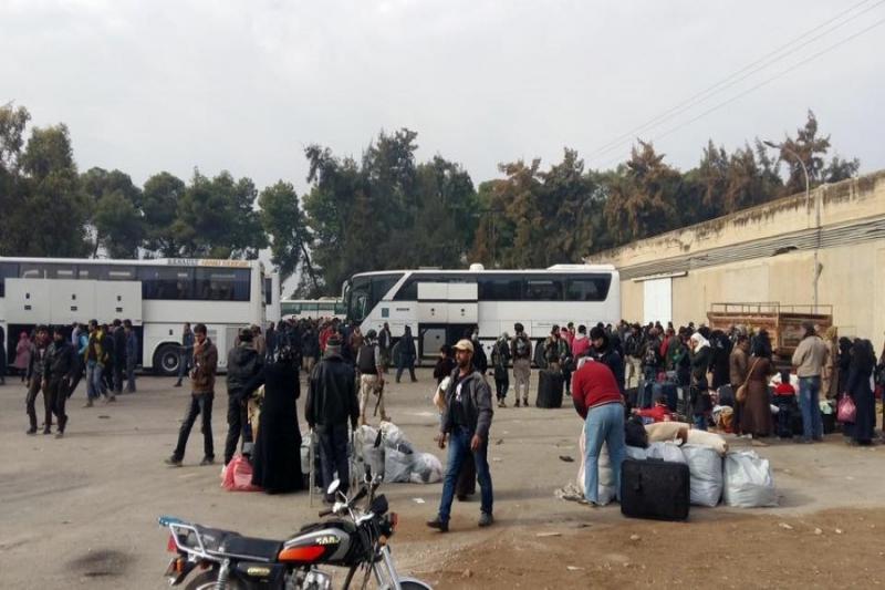 أهالي مخيم خان الشيح يصلون قلعة المضيق بحماة تمهيداً لنقلهم لمدينة إدلب