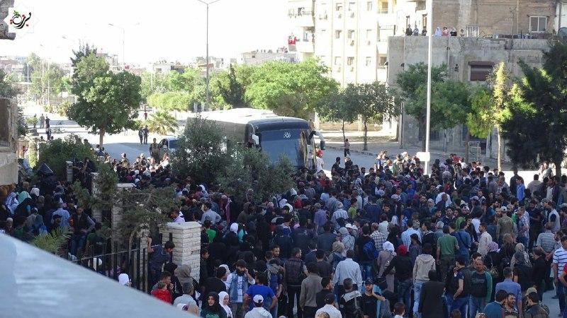 الدفعة الثانية من مهجري حي برزة الدمشقي تستعد لمغادرة الحي باتجاه الشمال السوري