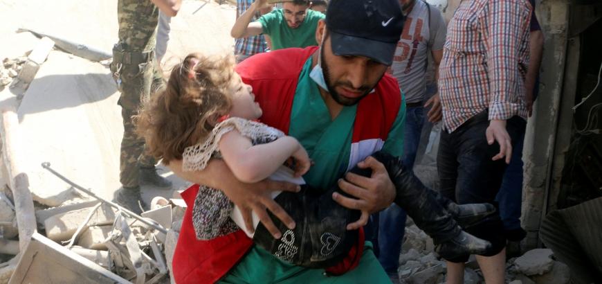 كفاح آخر أطباء حلب.. الجراحون يجرون يومياً 10 عمليات ونقل الجرحى أشبه بـ